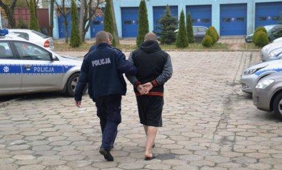Z tasakiem na policjantów