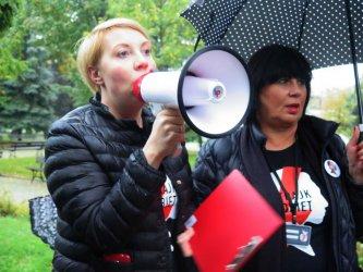 """""""Czarny wtorek"""" w Piotrkowie. Kolejny protest w strugach deszczu"""