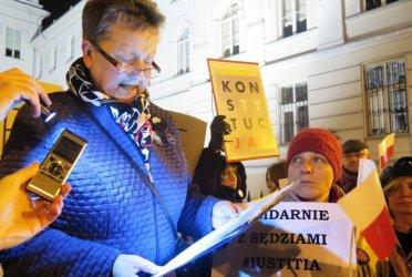 """""""Kneblowanie sądów – rozwód z Europą"""". Przed sądem w Piotrkowie znów protestowali"""