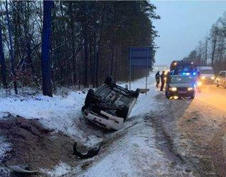 Dachowanie na DK74 i poślizg na drodze koło Włodzimierzowa
