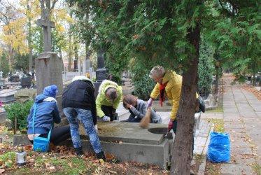 Jesienne sprzątanie grobów podczas akcji