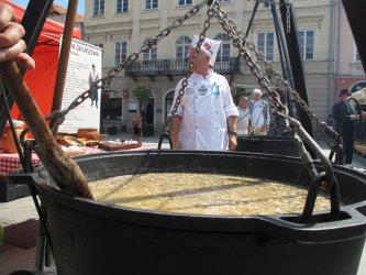 Myśliwska zupa gulaszowa na Rynku Trybunalskim