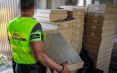 Policjanci przechwycili 1,5 mln papierosów, broń i amunicję. Trzy osoby zatrzymane