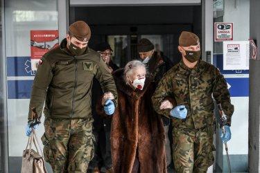 Seniorzy mają wsparcie żołnierzy