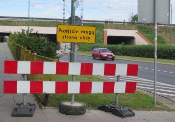 Uwaga kierowcy i piesi! Robotnicy uszczelniają wiadukt