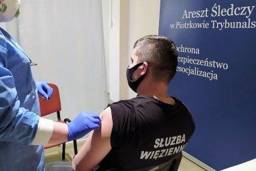 Służba więzienna przyjmuje szczepienia