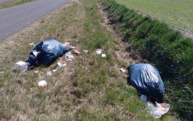 Piotrkowianin wyrzucił śmieci przy drodze w Piaskach. Posprząta po sobie?