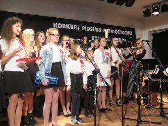Patriotyczne śpiewanie w piotrkowskiej