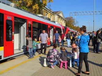 Piotrkowianie oglądali nowy pociąg Łódzkiej Kolei Aglomeracyjnej