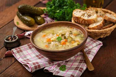 Zupa ogórkowa – przepis na wyśmienite pierwsze danie