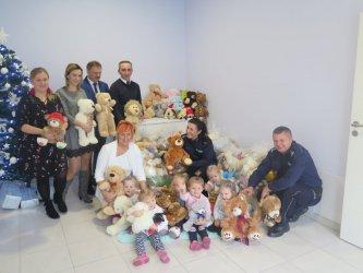 Dzieci z Sulejowa przekazały maskotki policjantom