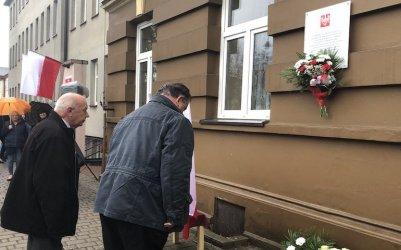 Pamiątkowa tablica znów wisi na ścianie dawnej Szkoły Polskiej