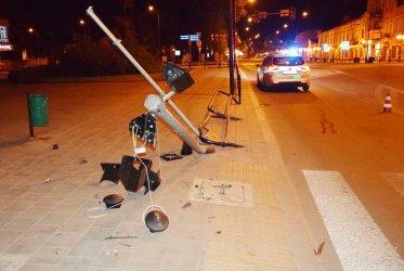 Pijany kierowca uderzył w sygnalizator. Ranne dwie nastolatki