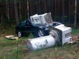 BMW wjechało w zabytkową kapliczkę