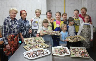 Seniorzy z dziećmi piekli pierniki