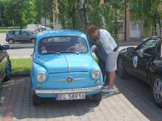 Zabytkowe samochody na piotrkowskiej Krzywdzie