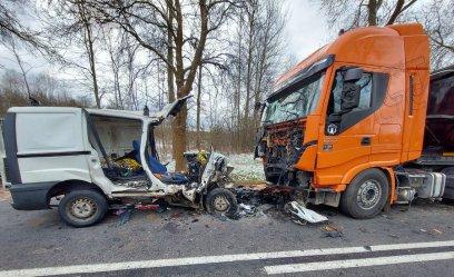 W zderzeniu vana z tirem zginęły dwie osoby