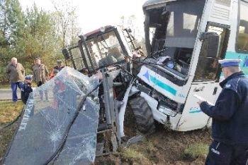 Zderzenie autobusu z traktorem. Ranna 10-latka