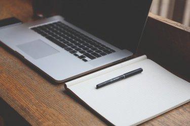 Regulowane biurka – na co zwracać uwagę przy ich zakupie?
