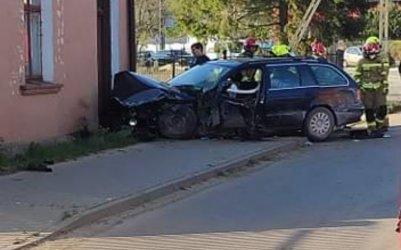 Samochód osobowy wjechał w budynek. Kierowca był pijany