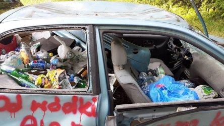 Śmietnisko w samochodowym wraku nad Zalewem Sulejowskim [AKTUALIZACJA]
