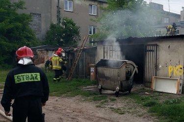 Trzy zastępy straży gasiły ogień przy Garncarskiej