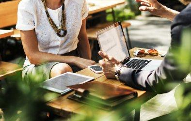 Jak wybrać kredyt gotówkowy? Kiedy przyda się pomoc pośrednika, doradcy kredytowego?