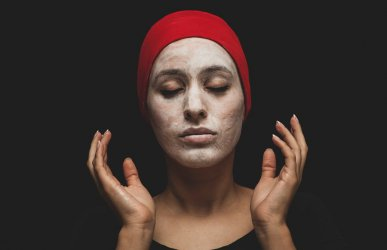 Jakie kosmetyki do pielęgnacji powinny się znaleźć w każdej kosmetyczce?