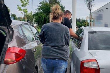 Policjanci wydostali dziecko z zatrzaśniętego auta