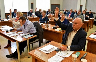 Przekazali pieniądze na respiratory dla szpitala. Co jeszcze na nadzwyczajnej sesji Rady Miasta Piotrkowa?