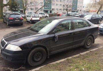 Ul. Belzacka w Piotrkowie. Wandal uszkodził siedem samochodów