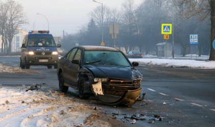 Zderzenie na skrzyżowaniu Dmowskiego/Armii Krajowej. 4 osoby w szpitalu