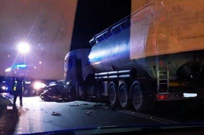 Czołowe zderzenie w Tomaszowie. Nie żyje 37-latek