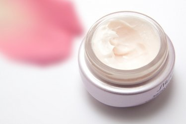 W poszukiwaniu kosmetyków do pielęgnacji okolicy oczu