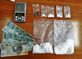 26-latek z narkotykami w rękach policjantów