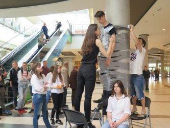 Focus Mall: Przykleili chłopaka do słupa