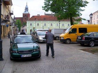 Pl. Czarnieckiego: Zamiast ławek żądają parkingów