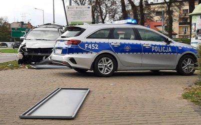 Pijany 23-latek zakończył jazdę na znaku drogowym