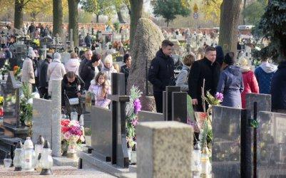 Piotrkowianie odwiedzali groby bliskich zmarłych