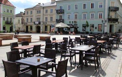 Czy grozi nam mandat za wspólne siedzenie przy restauracyjnym stoliku?
