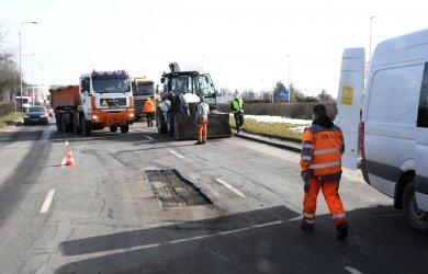 Drogowcy naprawiają piotrkowskie drogi po zimie