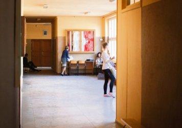 Piotrków: Zamknęli im sale – uczą się na korytarzu!