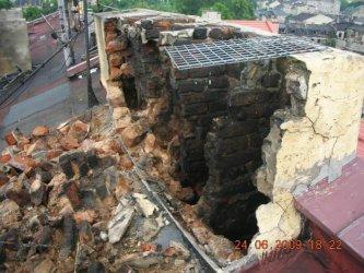 Piotrków: Z kamienicy spadły kawałki komina