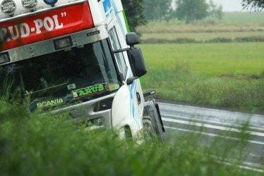 W Korytnicy ciężarówka wjechała do rowu