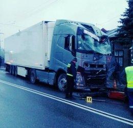 W Srocku ciężarówka uderzyła w słup