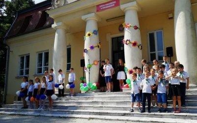 Zrewitalizowany park w Parzniewicach na zakończenie roku szkolnego