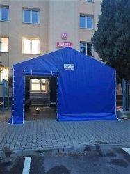 Namiot przed urzędem ochroni przed chłodem
