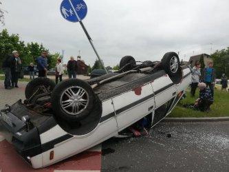 Dachowanie samochodu na rondzie w Piotrkowie