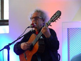 Tadeusz Woźniak zaśpiewał podczas Nocy Bibliotek w Piotrkowie