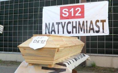 """Trumna i znicze przy krajowej """"dwunastce"""" w Przygłowie"""